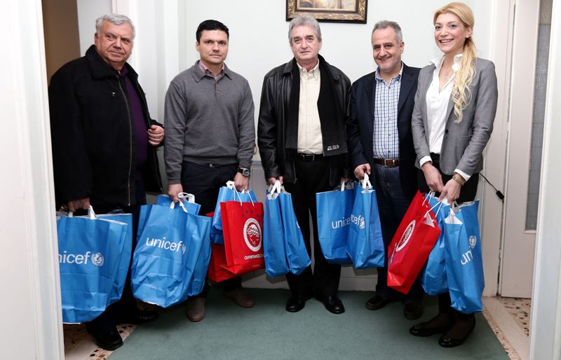 """UNICEF and the family of Olympiacos next to the Piraeus """"Children's House"""""""