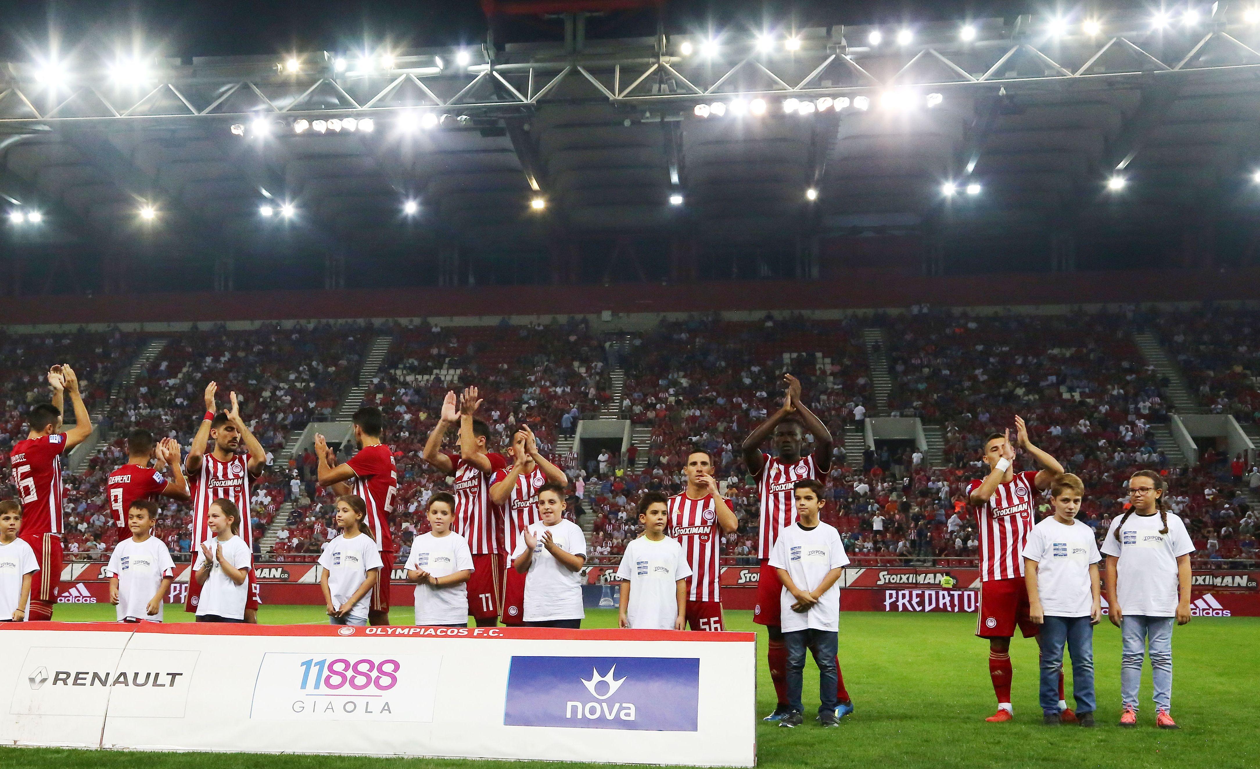 Συνοδεία των ποδοσφαιριστών στον αγωνιστικό χώρο
